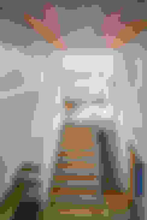 家族をつなぐスキップフロアの家-吹抜け空間-: 小田達郎建築設計室が手掛けた廊下 & 玄関です。