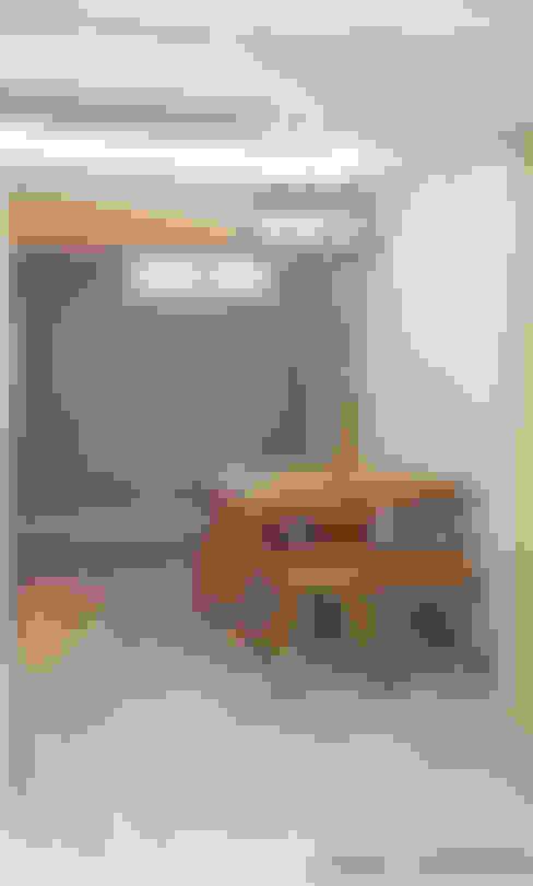 Sala da pranzo in stile  di 인벤트 디자인