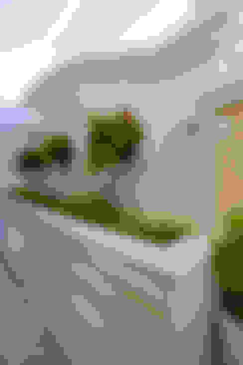 Casa Curvas no Neoclássico: Jardins  por Arquiteto Aquiles Nícolas Kílaris