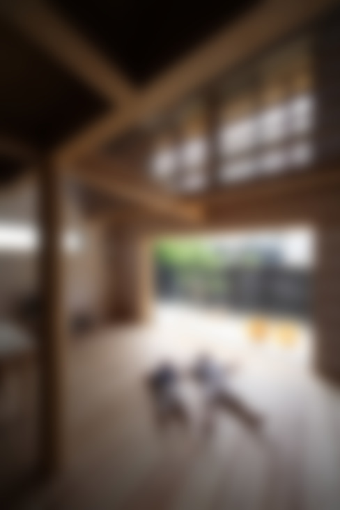 Living room by 芦田成人建築設計事務所