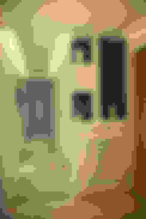 Corridor, hallway & stairs  by ROAS Mimarlık