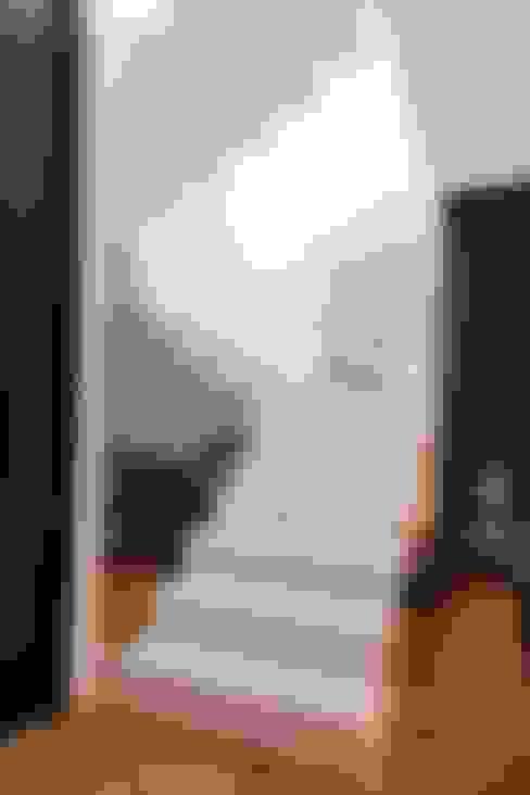 Casa AP+VP: Corredores e halls de entrada  por ANDRÉ PACHECO ARQUITETURA