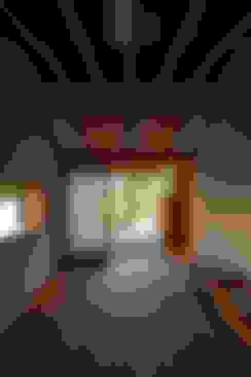 Salas de entretenimiento de estilo  por 宇佐美建築設計室