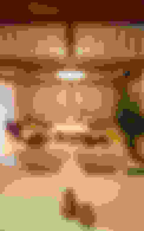 Livings de estilo  por 遠藤浩建築設計事務所 H,ENDOH  ARCHTECT  &  ASSOCIATES