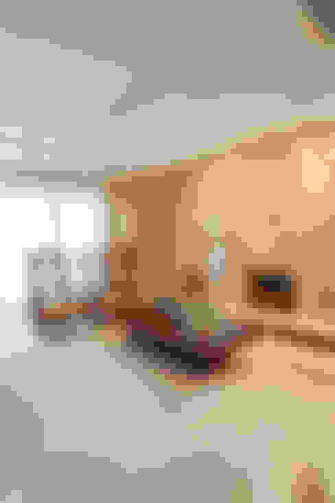 Residência Itaim Bibi: Salas de estar  por Denise Barretto Arquitetura