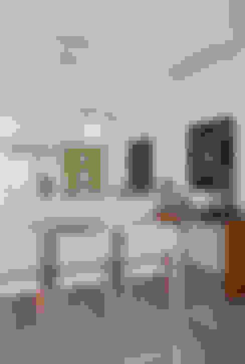 Apartamento Praia: Salas de jantar  por Carolina Mendonça Projetos de Arquitetura e Interiores LTDA
