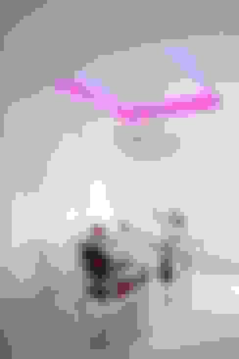 APARTAMENT TONĄCY W BIELI .: styl , w kategorii Jadalnia zaprojektowany przez livinghome wnętrza Katarzyna Sybilska