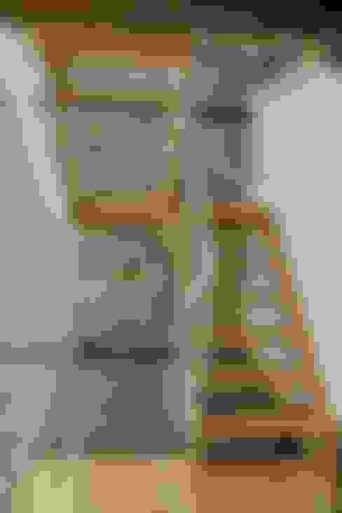 Pasillos y vestíbulos de estilo  por Lidera domÉstica