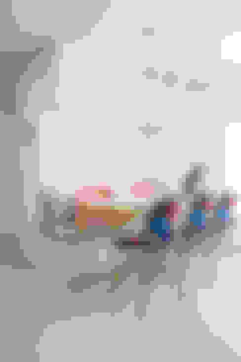 심플한 화이트 인테리어의 환골탈태: 퍼스트애비뉴의  거실