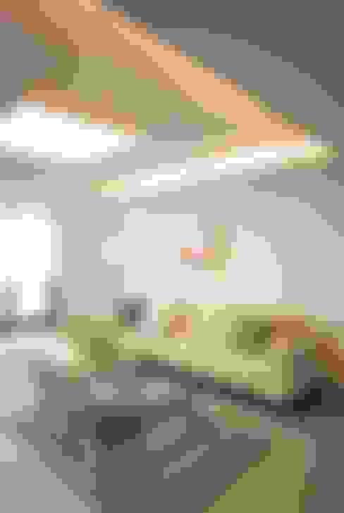 모던함 속 공간마다 다른 색을 가진 신혼집 리모델링 & 홈스타일링: (주)바오미다의  거실