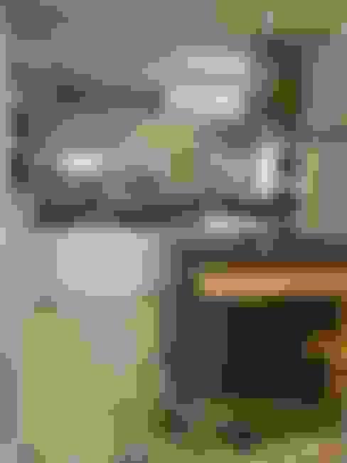 Bancada de granito preto e mesa de madeira: Cozinhas  por Flávia Brandão - arquitetura, interiores e obras