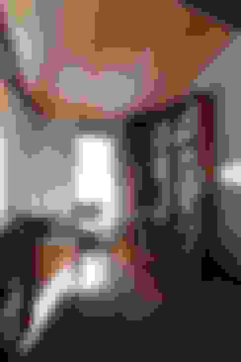 ピアノと暮らす家: アトリエグローカル一級建築士事務所が手掛けた書斎です。