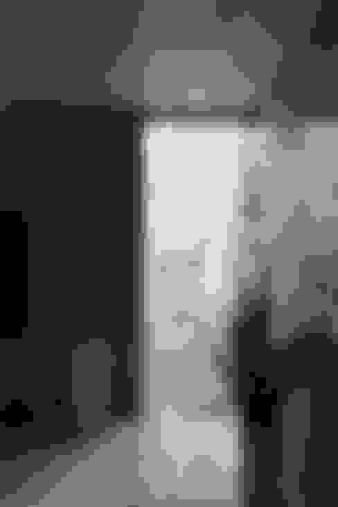 装飾ガラスを用いたリビング|松原の家: U建築設計室が手掛けた窓です。