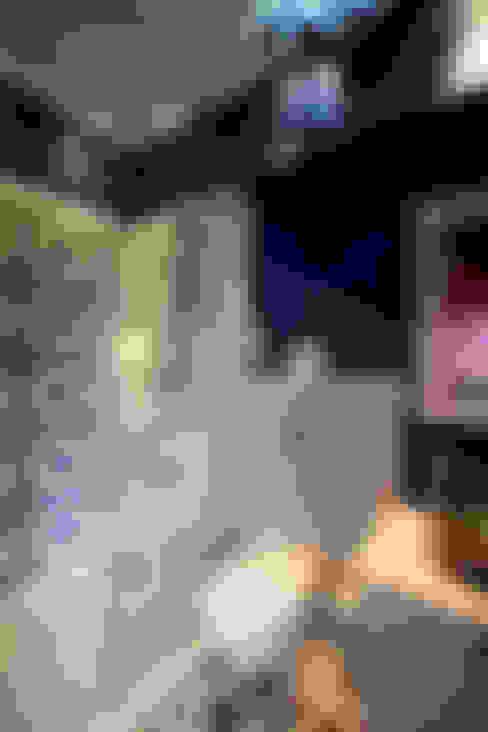 Salle de bains de style  par Interface