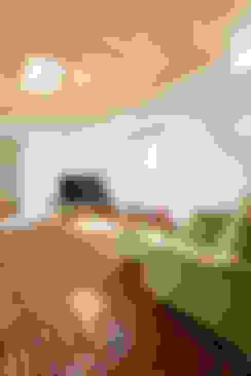 二俣川の家: ディンプル建築設計事務所が手掛けたリビングです。