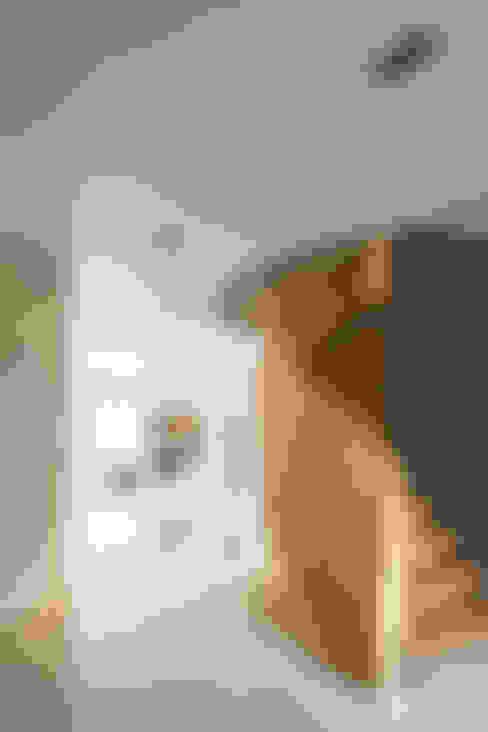 Corridor & hallway by Frost Architects Ltd