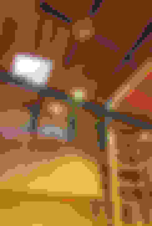 主屋:リビング・ダイニングの吹き抜け: 一級建築士事務所ささりな計画工房が手掛けたリビングです。