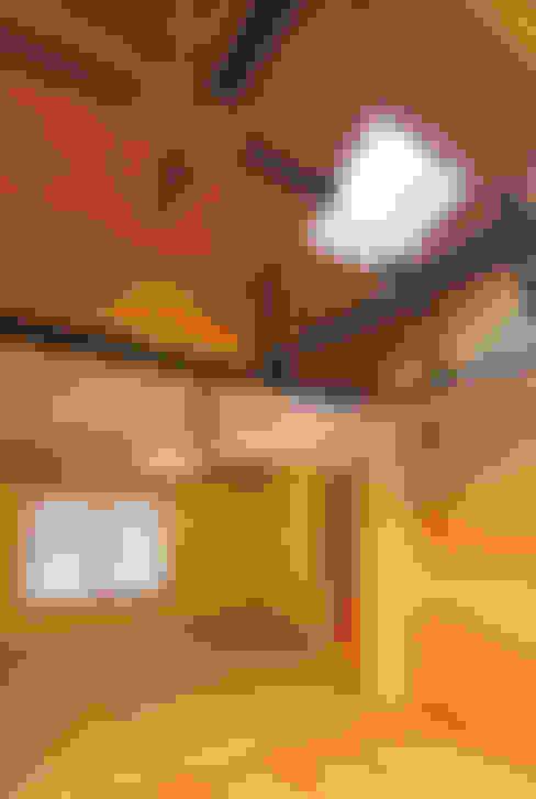 主屋:リビング・ダイニングと和室: 一級建築士事務所ささりな計画工房が手掛けたリビングです。