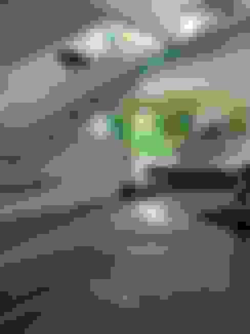 Escalera de Cristal con Herrajes y Pasamanos de Acero inoxidable: Pasillos y recibidores de estilo  por INGENIERIA Y DISEÑO EN CRISTAL, S.A. DE C.V.