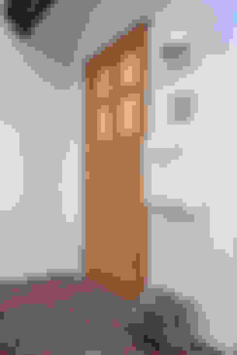 デンマークデザインが美しいエントランス: 株式会社 ヨゴホームズが手掛けた廊下 & 玄関です。