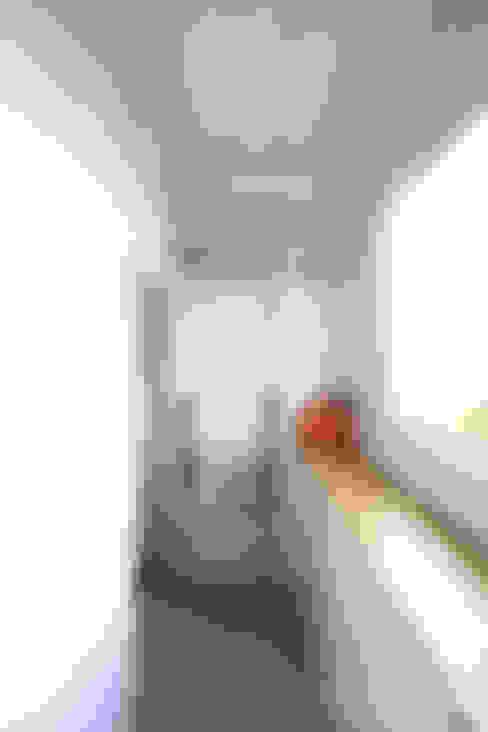 드레스룸과 서재가 있는 15평 신혼집: 홍예디자인의  베란다