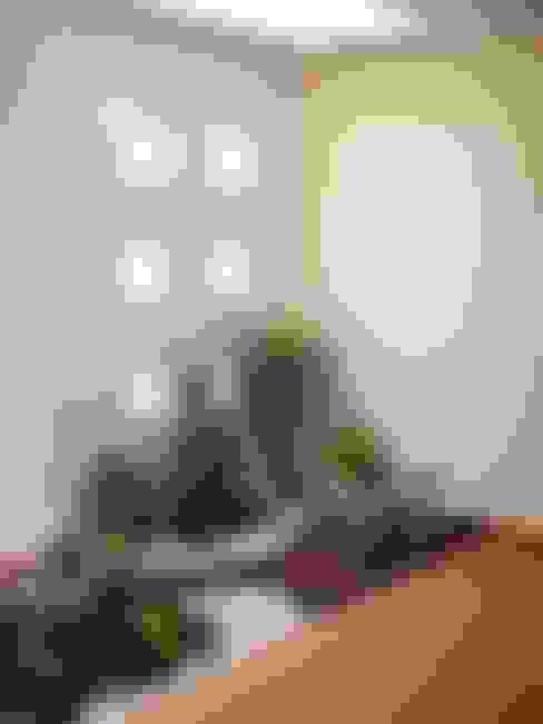 Pasillos y hall de entrada de estilo  por CouturierStudio