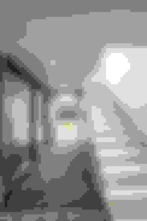 Pasillos y recibidores de estilo  por ZeroLimitsArchitects