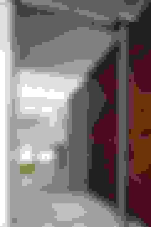Pasillos y recibidores de estilo  por Echauri Morales Arquitectos