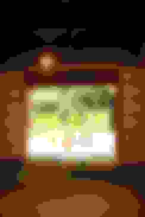 「曲がり土間の家」: 尾脇央道(重川材木店)が手掛けた和室です。
