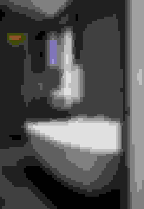Bathroom by KSR Architects