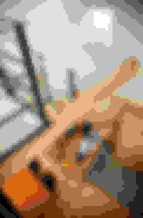 2階から1階を見る: 株式会社seki.designが手掛けたリビングです。