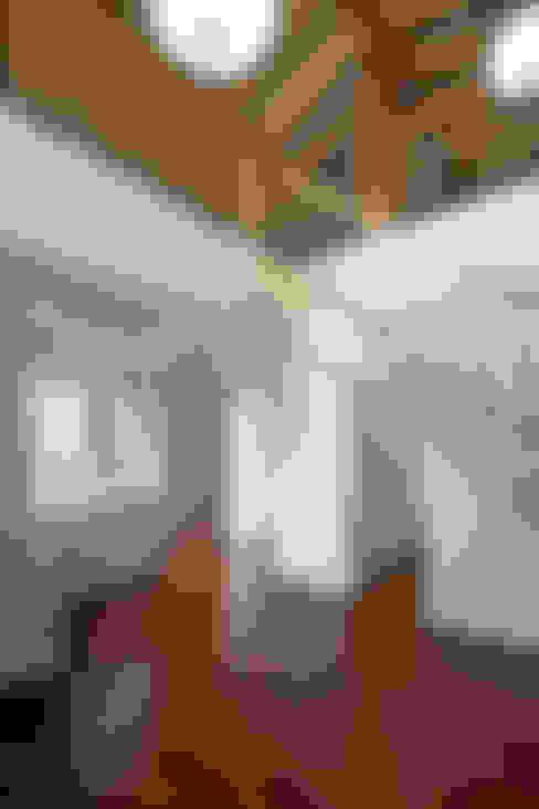 Pasillos y vestíbulos de estilo  de 위무위 건축사사무소