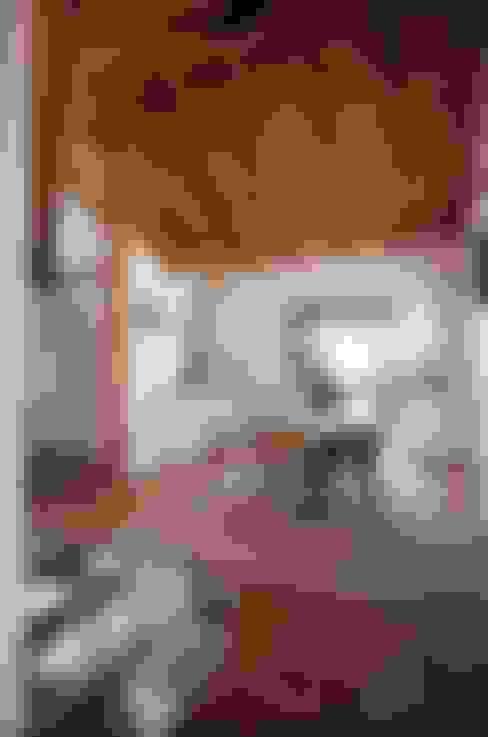 CASA EM FORMA DE ABRAÇO : Salas de jantar  por pedro quintela studio