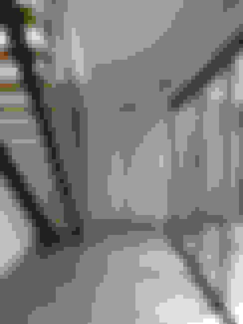Pasillos y vestíbulos de estilo  por beppoarquitectura