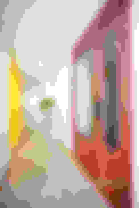 러블리한 다락방이 있는 인테리어: 퍼스트애비뉴의  복도 & 현관