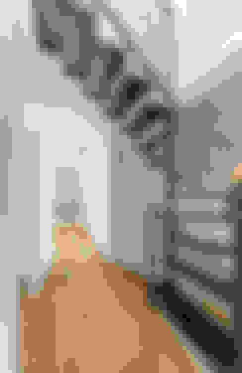 Ingresso & Corridoio in stile  di 08023 Architects