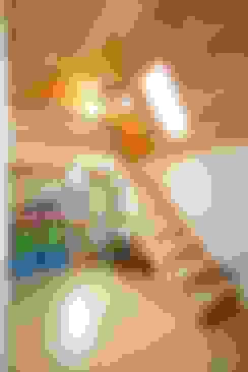 Pasillos y recibidores de estilo  por 위드하임
