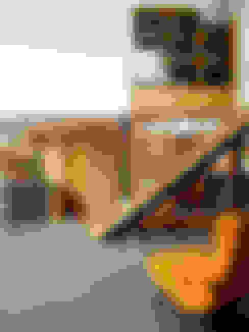 Corredor, vestíbulo e escadas  por Holloways of Ludlow Bespoke Kitchens & Cabinetry