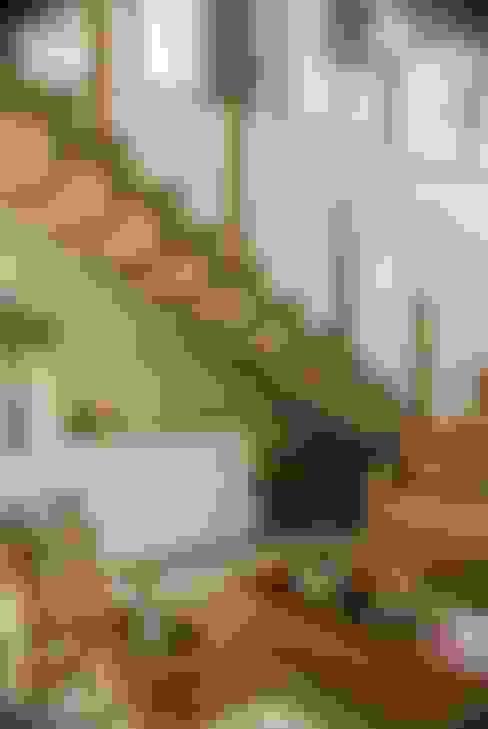 Pasillos y recibidores de estilo  por WB Arquitetos Associados