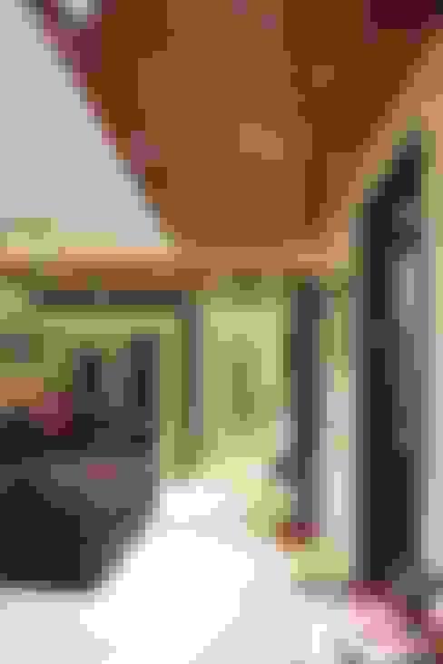 Pasillos y hall de entrada de estilo  por Studio Ezube