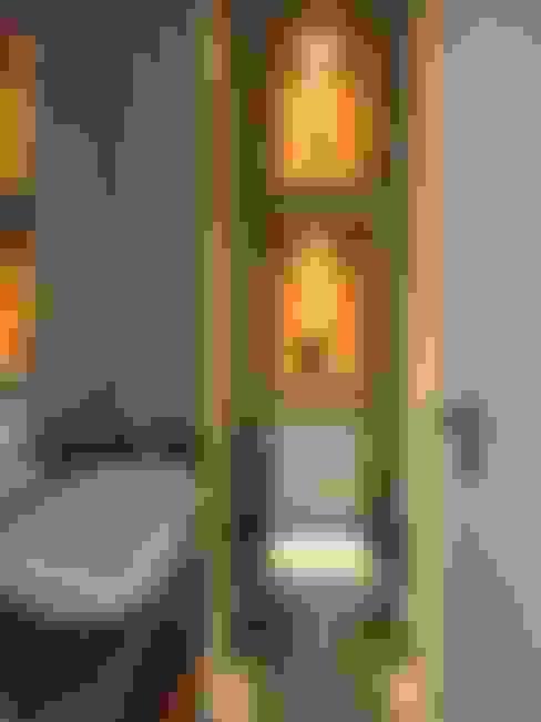 APARTAMENTO NA AV. ATLÂNTICA: Banheiros  por Maria Helena Torres Arquitetura e Design