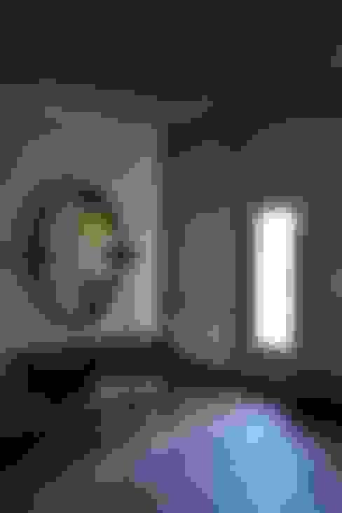 Casa Ik: Pasillos y recibidores de estilo  por 3B