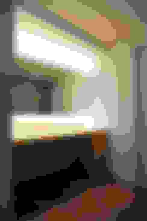 Vestidores y closets de estilo  por 디자인세븐