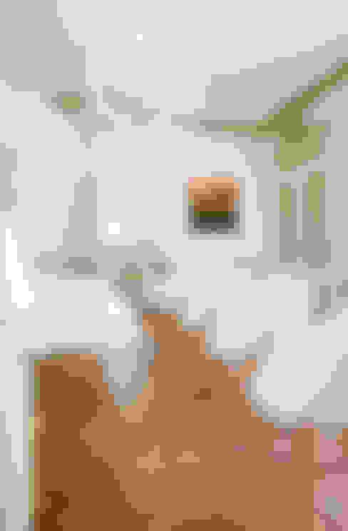 Ancien salon réhabilité en salle de réunion: Salon de style  par réHome