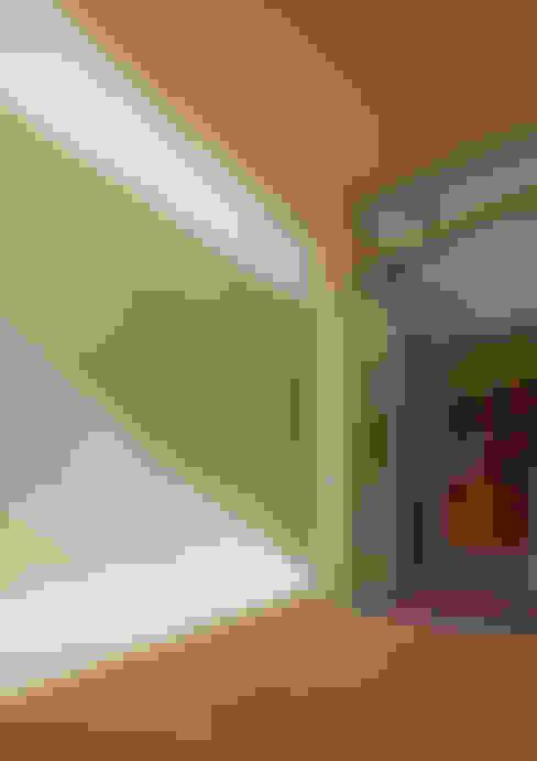 Soggiorno in stile  di アトリエハコ建築設計事務所/atelier HAKO architects