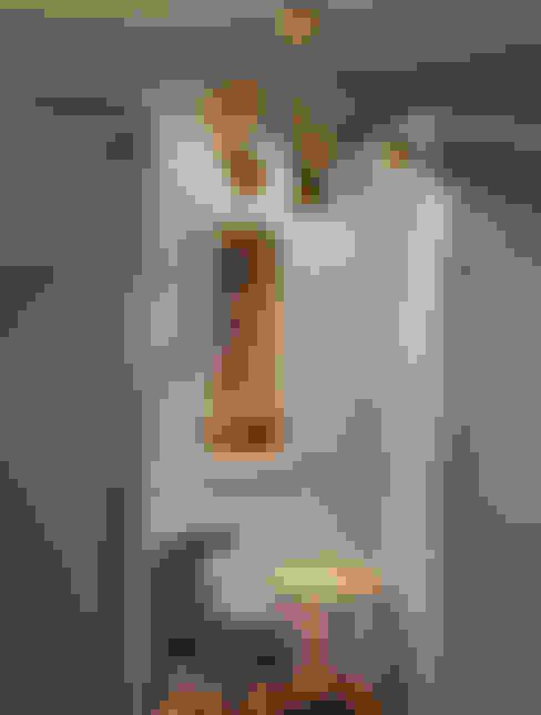 Couloir et hall d'entrée de style  par Espaço luz Lda.