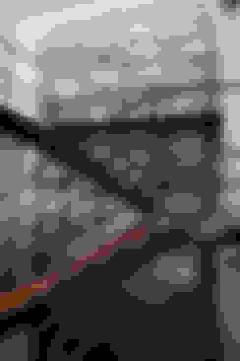 CASA RODEADA: Pasillos y vestíbulos de estilo  por NIKOLAS BRICEÑO arquitecto