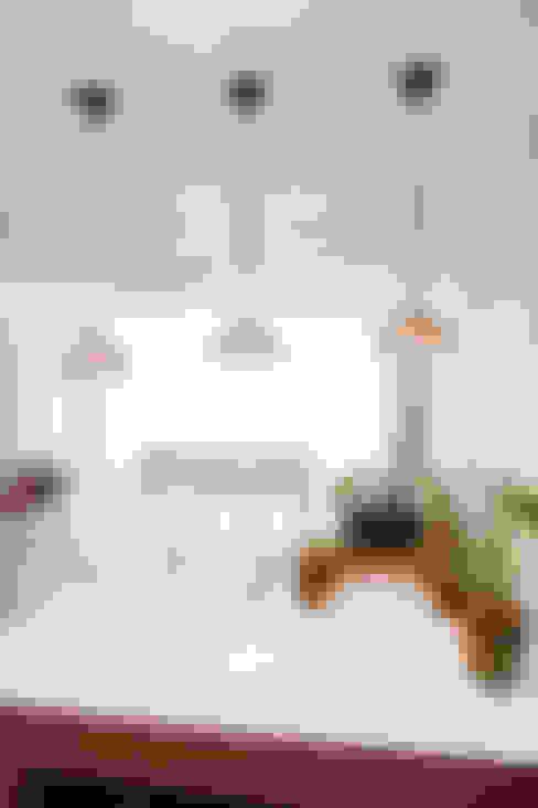 세련된 와인컬러 포인트 인테리어와 싱그러운 아이공부방 구경하기: 퍼스트애비뉴의  주방