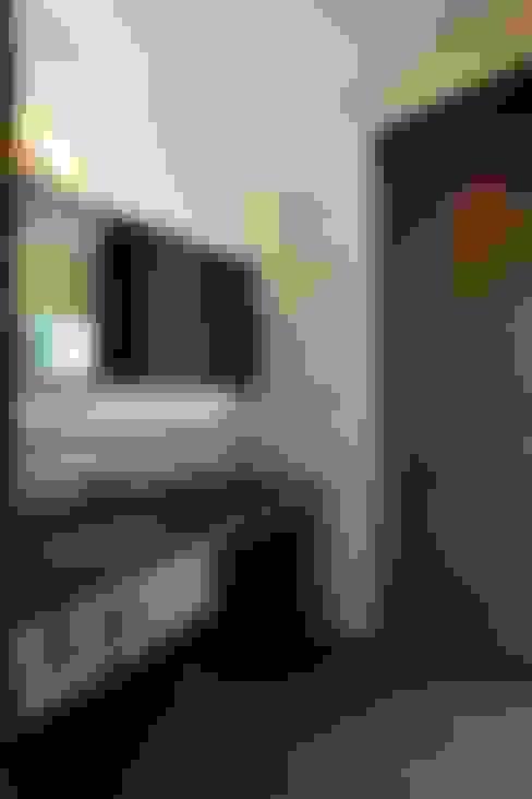 洗面所も色調を統一したデザイン: 有限会社 橋本設計室が手掛けた浴室です。