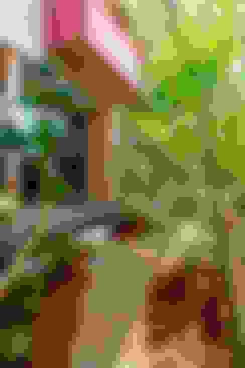 暖炉のある家: AMI ENVIRONMENT DESIGN/アミ環境デザインが手掛けた庭です。
